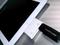 iPad utilizando um acessório para conectar um pen drive (Foto: Leonardo Martins / TechTudo) (Foto: iPad utilizando um acessório para conectar um pen drive (Foto: Leonardo Martins / TechTudo))