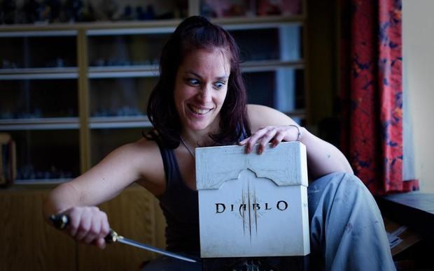 """Menina publica foto """"esfaqueando"""" capa de Diablo (Foto: Reprodução) (Foto: Menina publica foto """"esfaqueando"""" capa de Diablo (Foto: Reprodução))"""