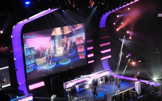Usher jogando Dance Central 3 no palco da Microsoft (Foto: Leonardo Torres / TechTudo)