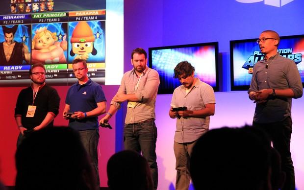 Com os controles de PS3 e o PS Vita nas mãos, desenvolvedores da Sony falam sobre os títulos da empresa (Foto: Leonardo Torres)