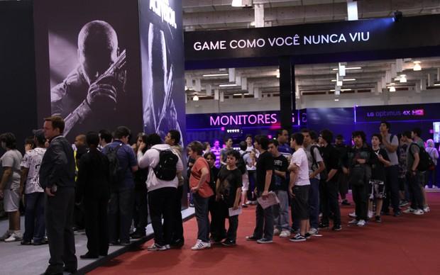 Visitantes da Brasil Game Show 2012 fazem filas para testar os games (Foto: Leonardo Torres)