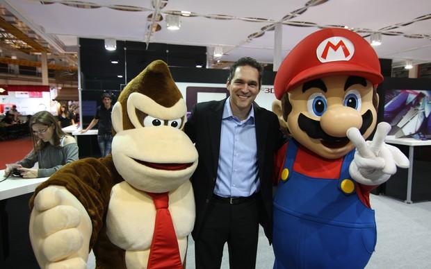 Mark Wentley entre os personagens Mario e Donkey Kong (Foto: TechTudo)
