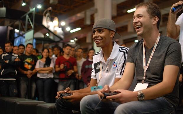 Tiago Leifert e Gustavo Nascimento jogam Fifa 13 na Brasil Game Show 2012 (Foto: Luiz Gustavo)