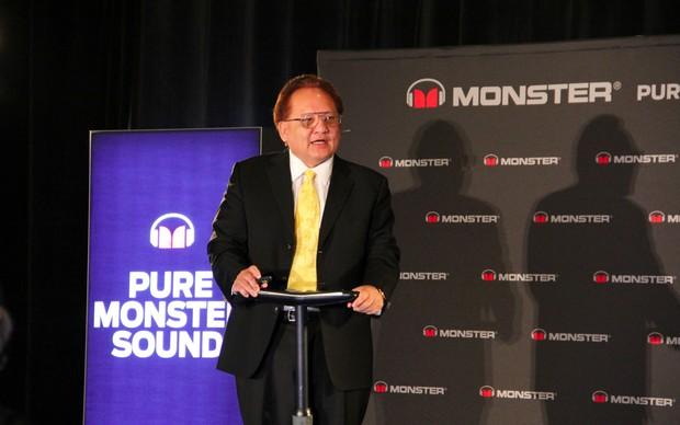Noel Lee, o presidente - ou 'Head Monster' - da empresa sobe ao palco e começa a animar a plateia. O desfile de fones fashion e recheados de funcionalidades vai começar (Foto: TechTudo / Fabrício Vitorino)