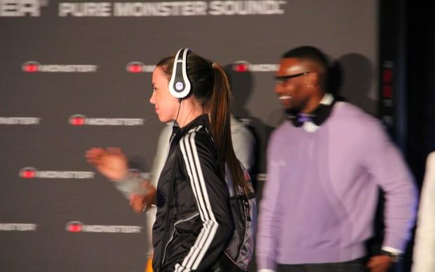 Modelo desfila com o fone Monster Sports, feito em parceria com a EA  (Foto: TechTudo / Fabrício Vitorino)