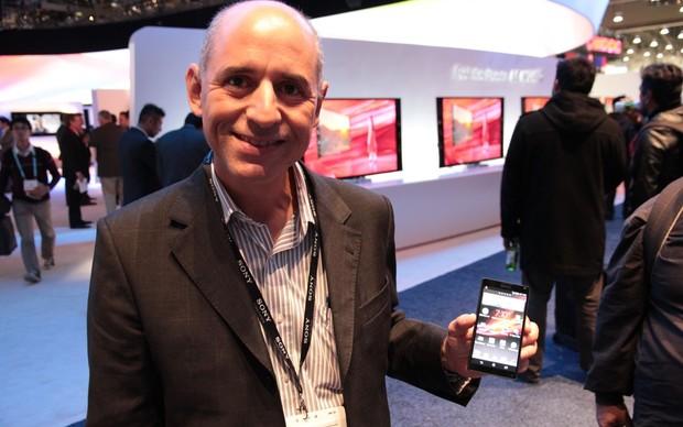 Jorge Aguiar, Presidente da Sony Mobile Brasil, e o Xperia ZQ (Foto: Léo Torres)