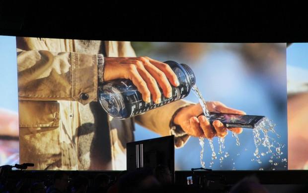 Case de vidro do Xperia Z seria capaz de aguentar até três minutos em um mergulho.  (Foto: TechTudo / Léo Torres)