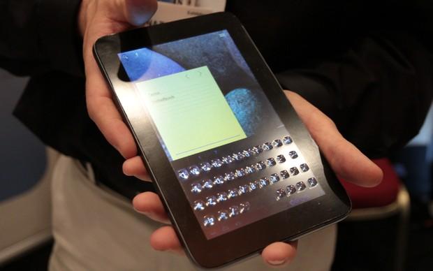 """O tablet """"hackeado"""" com botões físicos na tela (Foto: Léo Torres)"""