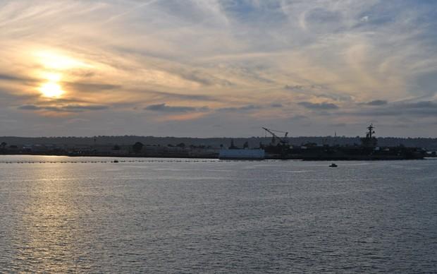 Pôr-do-sol na Baía de San Diego com um porta-aviões ao fundo (Foto: TechTudo / Fabrício Vitorino)