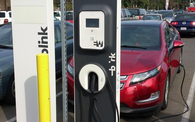 Carro elétrico é abastecido no Balboa Park, em San Diego (Foto: TechTudo / Fabrício Vitorino)