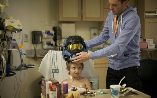 Depois de um transplante de fígado, menino recebe o capacete de Halo (Foto: Reprodução)
