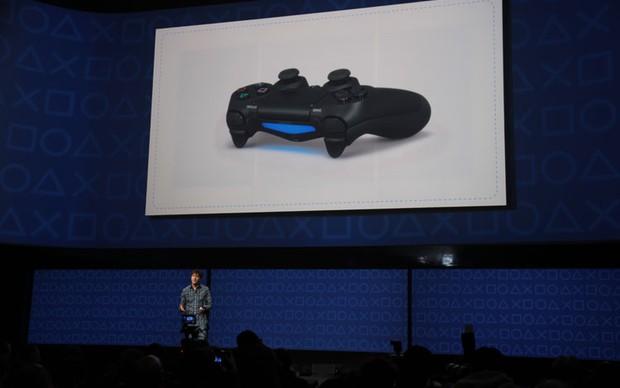 DualShock 4 e sua barra luminosa (Foto: TechTudo/Léo Torres)