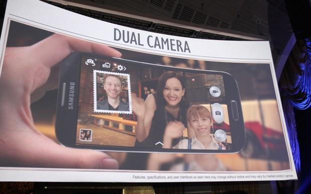 Dual Camera do Galaxy S4 sendo demonstrado em seu lançamento (Foto: TechTudo / Allan Melo)