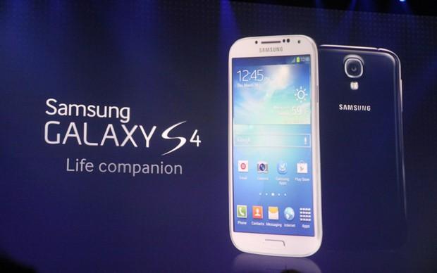 Galaxy S4 em detalhes no telão do evento (Foto: Allan Melo/ TechTudo)