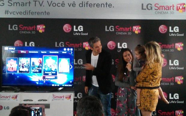 Otaviano Costa e Flavia Alessandra navegando na Smart TV LG Cinema (Foto: Rodrigo Bastos / TechTudo)