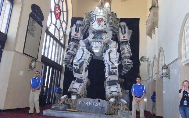 Réplica do robô de Titanfall é exibida na E3 2013, em Los Angeles, nos Estados Unidos (Foto: Renan Dayube/TechTudo)