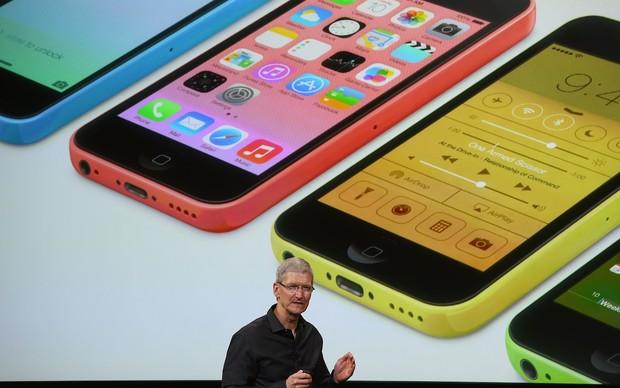iPhone 5C apresentado pelo Tom Cook (Foto: Divulgação)