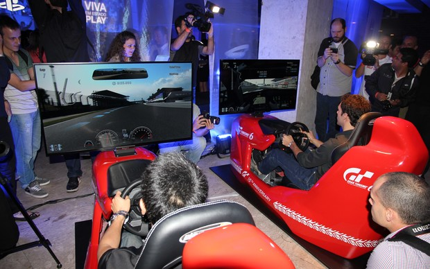 Nos cockpits acoplados ao PS4, Bruno Senna venceu Kazunori Yamauchi. (Foto: Foto: Diego Borges/ TechTudo)