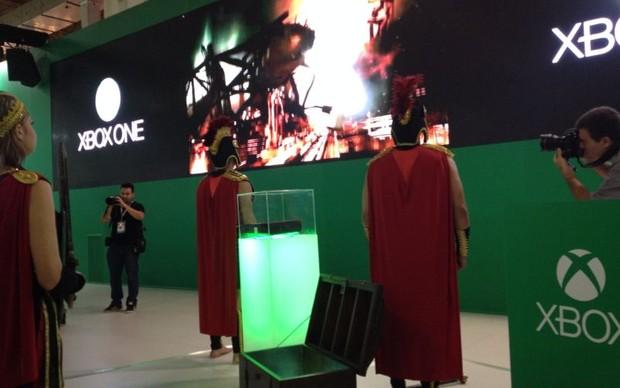 Xbox One foi carregado por soldados romanos de Ryse, jogo exclusivo para o console (Foto: Pedro Cardoso/ TechTudo)