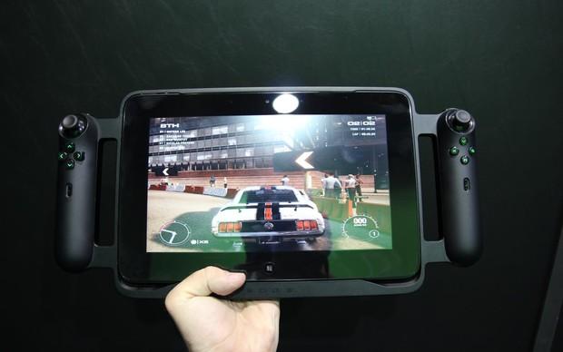O tablet Razer Edge mostra seu potencial em testes de jogos na BGS 2013 (Foto: Pedro Cardoso / TechTudo)
