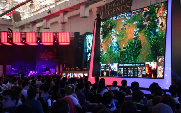 Campeonato de League of Legends atrai centenas de fãs no stand da Riot (Foto: Pedro Cardoso / TechTudo)