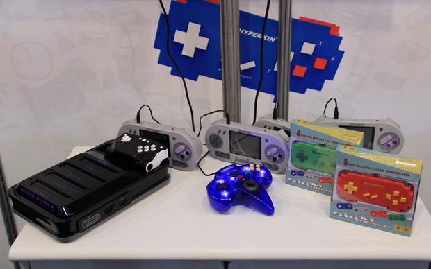 Hyperkin exibe sua linha de consoles retrô, Retron5 e Supaboy, na BGS 2013 (Foto: Renato Bazan / TechTudo)