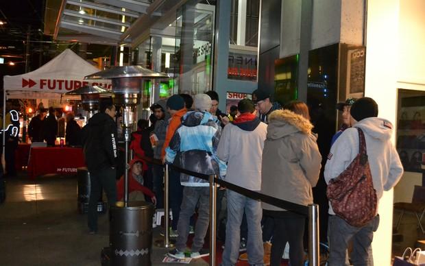 a fila começou a ser formada às 14h na porta da loja (Foto: Monique Mansur / TechTudo)