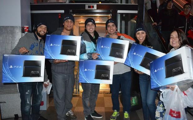O grupo de brasileiros feliz por finalmente garantirem seus consoles (Foto: Monique Mansur / TechTudo)