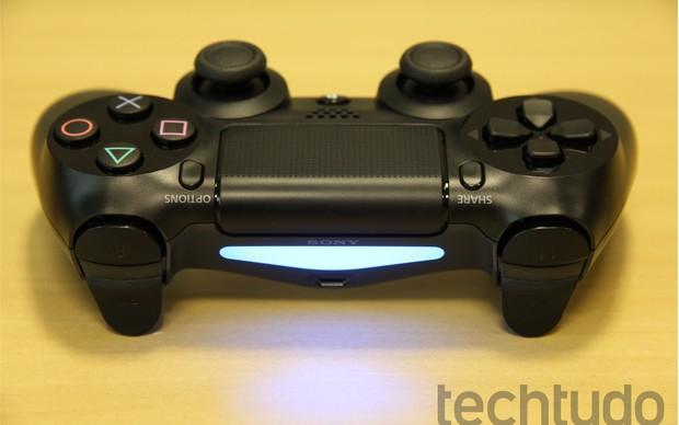 Dualshock 4 tem botão touch e luz traseira (Foto: Luciana Maline/ TechTudo)
