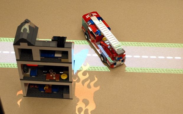 Usando um projetor, os projetistas da Intel criaram um ambiente de interatividade com os brinquedos (Foto: Mashable)