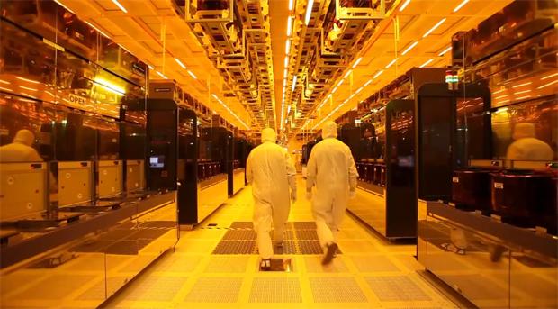 Laboratórios do futuro? Não. Apenas a fábrica desse pendrive espetado no seu computador (Foto: Reprodução)