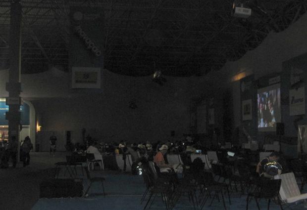 Com as luzes baixas, campuseiros assistem filmes e socializam à noite (Foto: Mariana Musa)