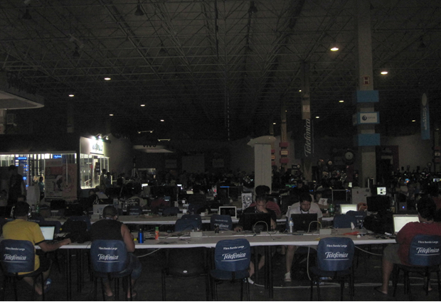 Campuseiros madrugam na arena da Campus Party (Foto: Mariana Musa)