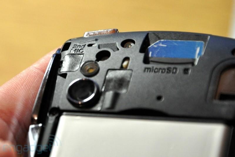 Detalhe da câmera, do chip SIM, da entrada microSD e do 2º microfone (Foto: Engadget)