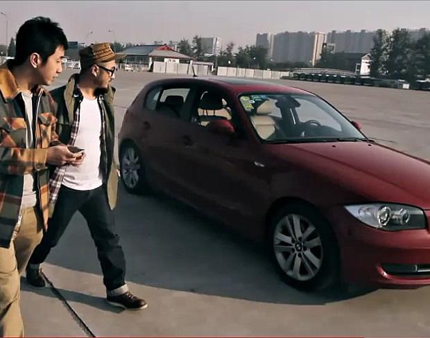 Dois chineses controlam carro com Nokia C7 (Foto: Reprodução/Motofilm)