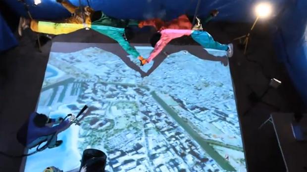 Japoneses criam simulador de paraquedas improvidado (Foto: Reprodução/YouTube)