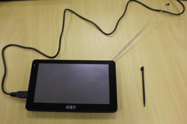 Com touscreen capacitivo, o GPS Airis vem com uma caneta Stylus para suas operações (Foto: TechTudo)