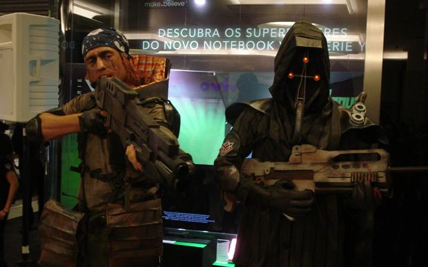 Personagens ISA x Helghast  (Foto: Mauricio Huffel / TechTudo)