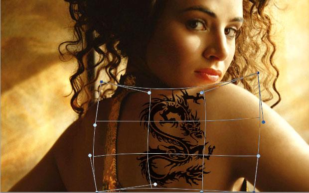 """Use a ferramenta """"Warp"""" para distorcer a tatuagem de acordo com a parte do corpo (Foto: Reprodução)"""