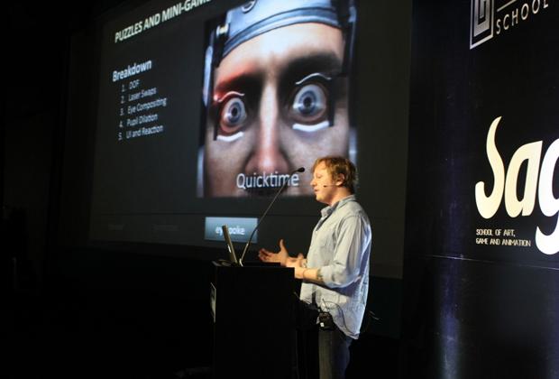 Seth Hall mostrando como foi feito o minigame do olho em Dead Space 2 (Foto: Rosa Arrais)