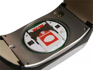 Detalhe do chip SIM do LG Watch Phone GD910 (Foto: Divulgação)