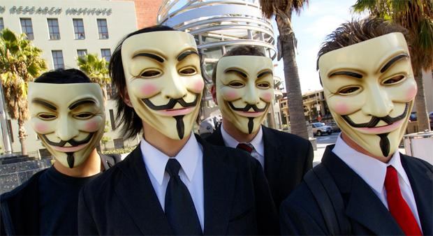 Grupo Anonymous em protesto contra a Igreja de Cientologia, em Hollywood (Foto: Divulgação)