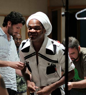 Carlinhos Brown testa a roupa percussiva (Foto: Divulgação)