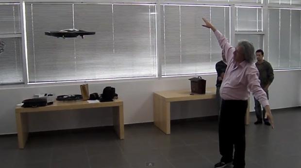 A.R Drone sendo controlado por movimentos (Foto: Reprodução)