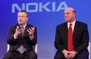 Stephen Elop, CEO da Nokia, e Steve Ballmer, da Microsoft, anunciaram parceria estratégica na área de smartphones (Foto: Alastair Grant/AP)