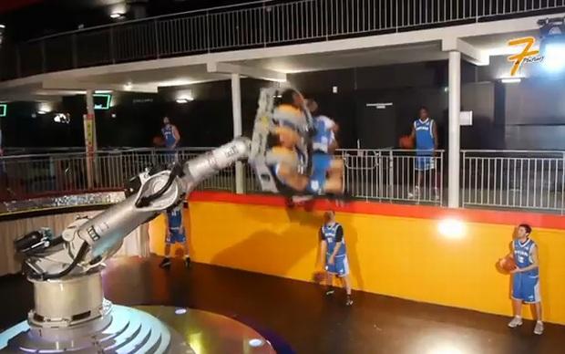 Atletas do Poitiers Basket 86 treinam com ajuda de robô. (Foto: Divulgação)
