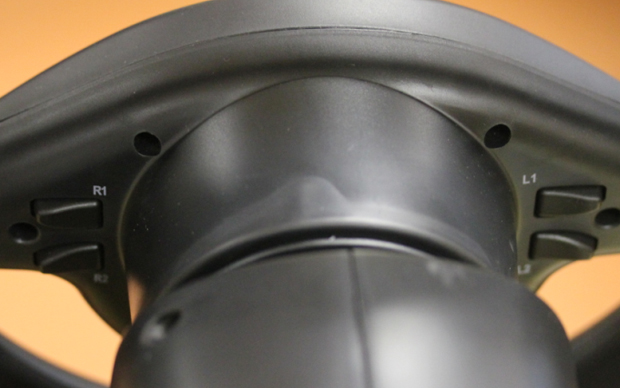 Botões localizados atrás do volante (Foto: Divulgação)