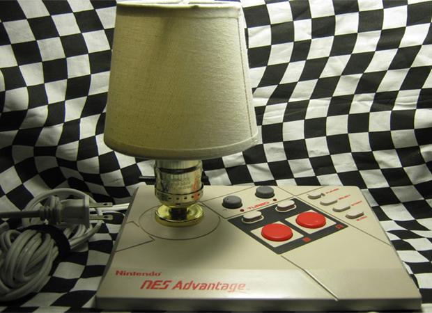 Abajur feito a partir do controle NES Advantage (Foto: Divulgação)