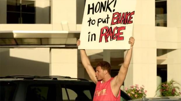 """Blake e seu cartaz: """"Buzine! para colocar Blake em Rage"""" (Foto: Divulgação)"""