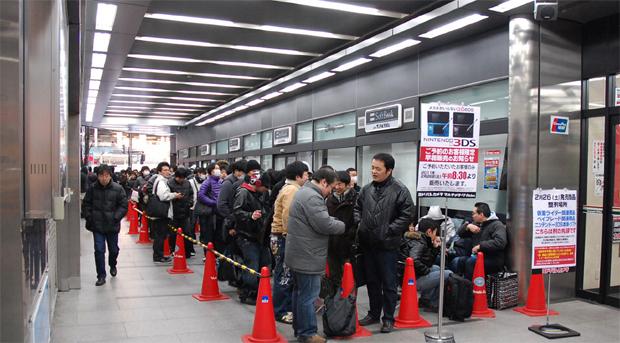Em seu lançamento, Nintendo 3DS gerou filas no Japão, mas depois esfriou (Foto: Andriasang)